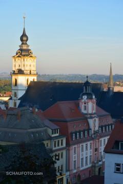 Rathaus im Schatten, Kirchturm im Licht
