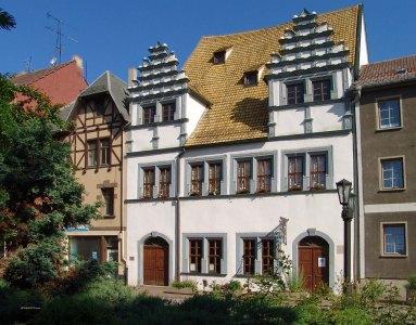 Das Schützhaus im Jahre 2004. Die linke Eingangstür sieht nur authentisch aus.