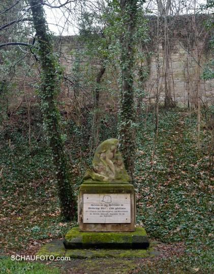 Am kopflosen Kriegerdenkmal im März 2013