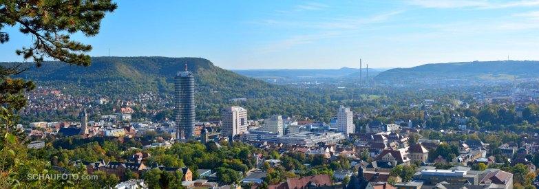 Wir sind wieder ebenerdig: Jena im Panorama.