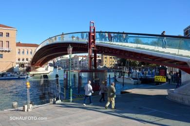 Kühn geschwungene, moderne Brücke.