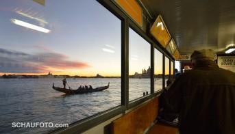 Venezianischer Abend aus einer Bushaltestelle gesehen.