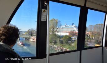 Die Hochbahn zum Hafen der Luxusliner kann man sich sparen.