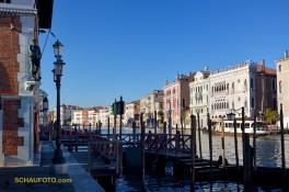 """Links der Fischmarkt, rechts das """"Goldene Haus"""", dazwischen der Canal Grande"""