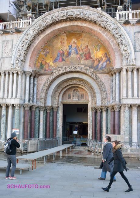 Haupteingang zur Markus Basilika mit Hochwasservorbereitung.