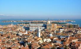 Sicht auf die Glasinsel Murano. Davor die baumbestandene Friedhofsinsel.