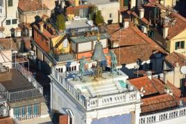 Venezianische Dachlandschaft mit Bronze-Riesen.