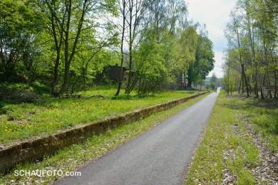 Radweg mit Bahnsteigkante, gut zum Rasten geeignet.