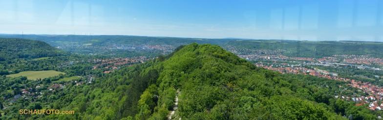 Leider wird die Sicht auf Jenas Zentrum durch den Bergrücken verdeckt.