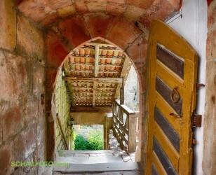 überdachte Treppe zum Burghof