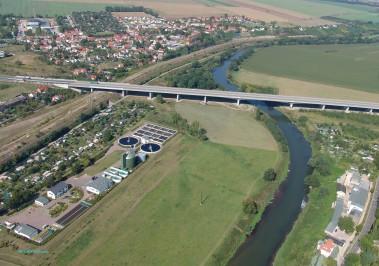 Klärwerk, Umgehungsstraße , Burgwerben und die Saale im Luftbild von 2004