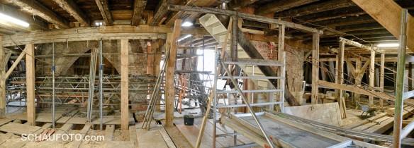 Dachgebälk, 1. Etage, links der gemauerte Turmsockel.