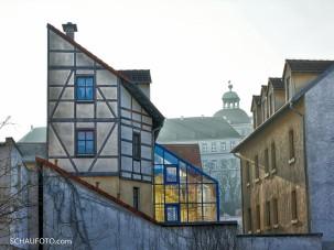 Giebel mit Durchblick zum Schloss