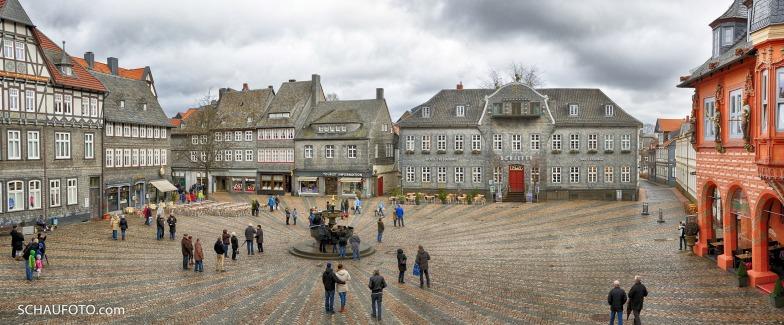 Marktplatz mit Glockenspielhörern