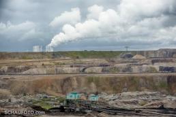 Noch mehr Stationen weiter unten - und ganz hinten das Kraftwerk Lippendorf, wo die Braunkohle in weiße Wolken und Strom verwandelt wird.