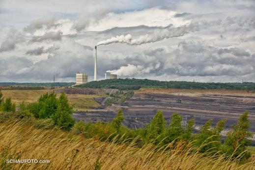 Der unmittelbar benachbarte Tagebau Schöningen mit Kraftwerk Buschhaus.