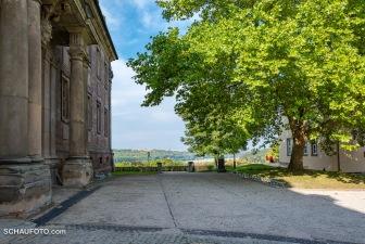 links das Schloss - rechts das Cafe - geradeaus der Ausblick