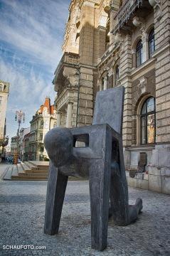 Vor dem Rathaus: Was will der Künstler mir hiermit sagen?