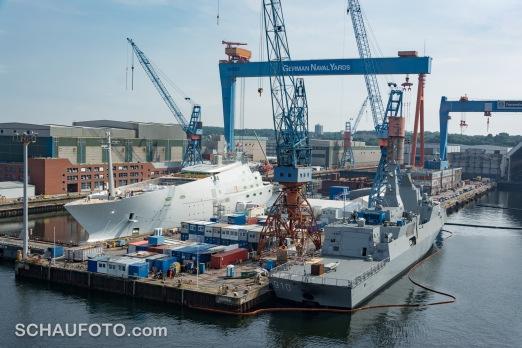 Russische Milliardärs-Yacht neben Kriegsmarine - seltsam ...