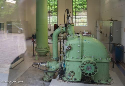 Das Wasser wird über ein Druckrohr aus 160 m Höhe herangeführt.