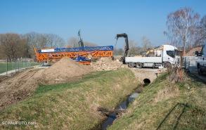 März 2016 - die Baustelle wird mit Großgeräten ausgestattet.