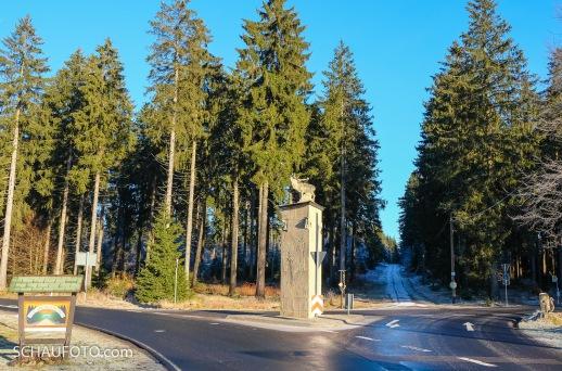 Ortseingang Frauenwald: Hirsch auf Stein mit eingeritzter Geschichte