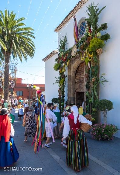 geschmückter Kircheneingang