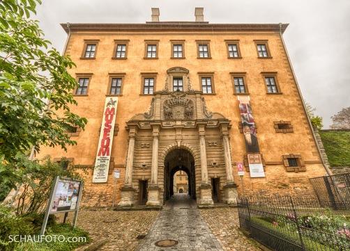 Schlossportal bei mießem Wetter