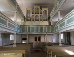 Man beachte am rechten Pfeiler unter der Orgel die Hochwasser-Markierungen.
