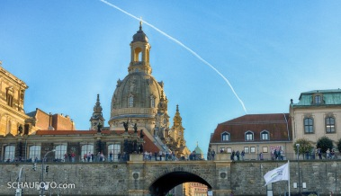 Frauenkirche mit goldenem Schimmer.